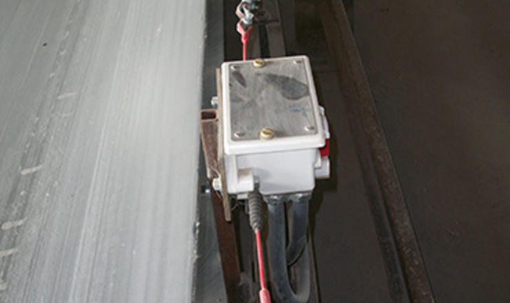 Pullswitch side view on conveyor